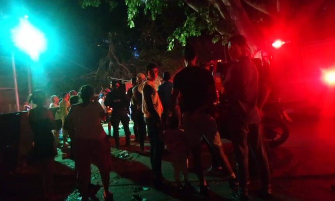 TRAGEDIA – Árbol cayó frente a edificio en Lomas de Urdaneta aplastando a un niño y dejando varios heridos