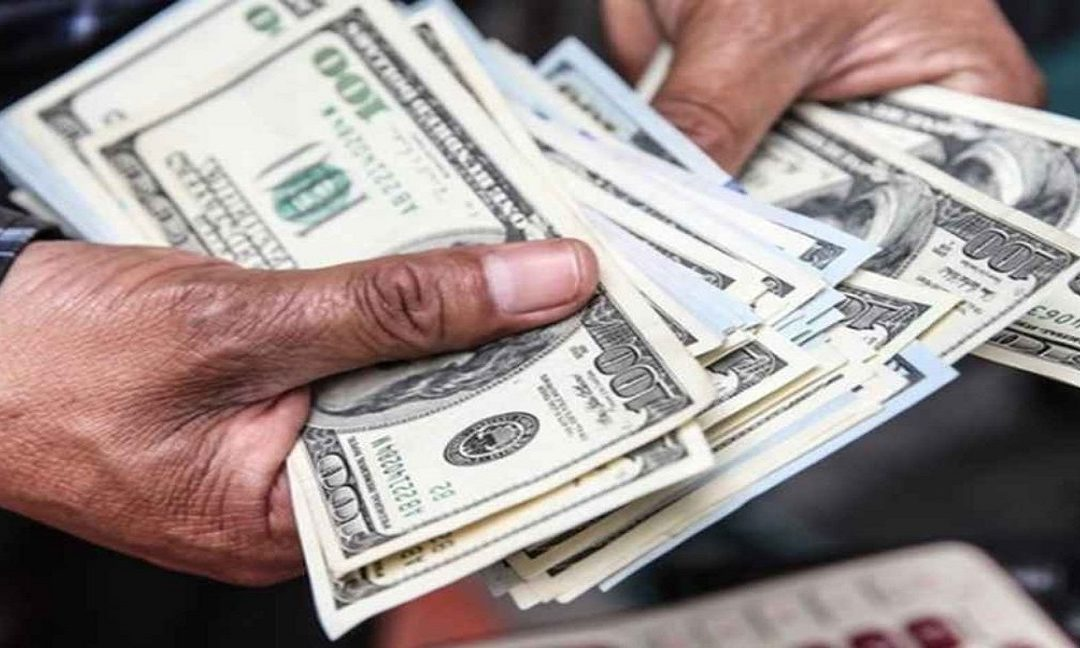 Denuncian que compradores de dólares pagan hasta 30 % menos que la tasa