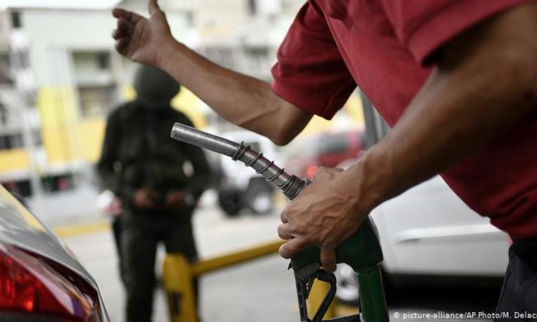 Operadores de gasolinera subsidiada fueron detenidos por cobrar en dólares