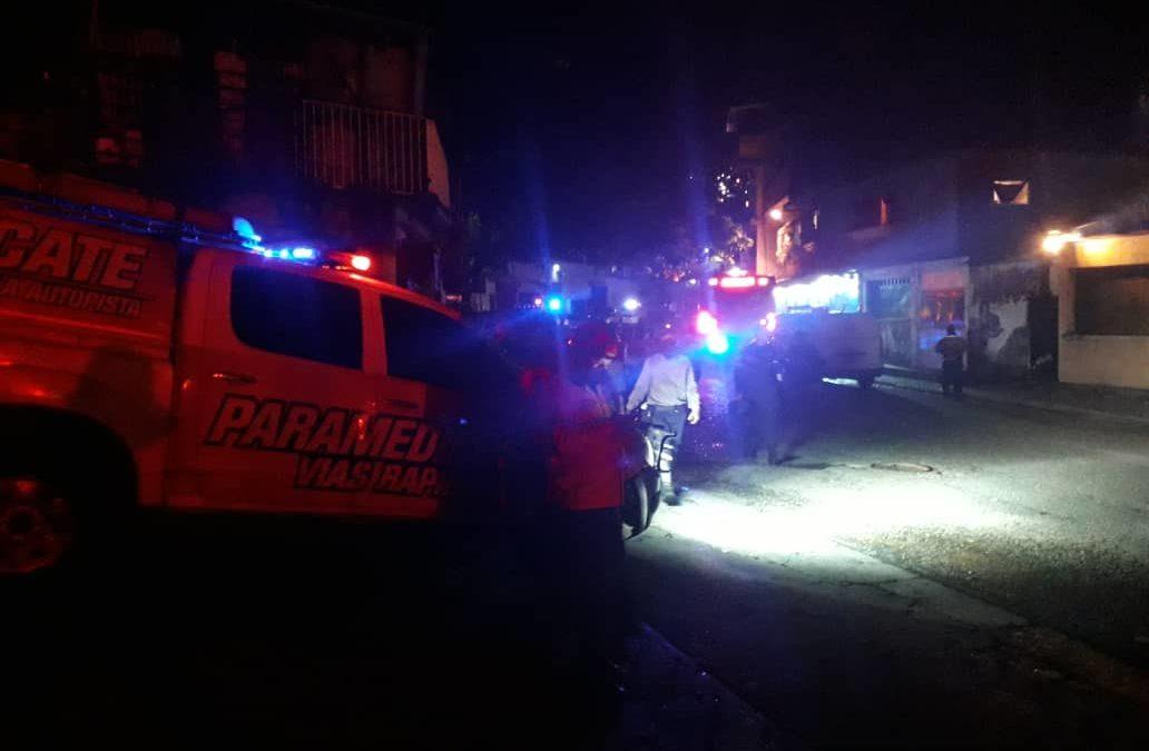 Paramédicos, bomberos y PC atendieron gran incendio en local de El Llanito (fotos)