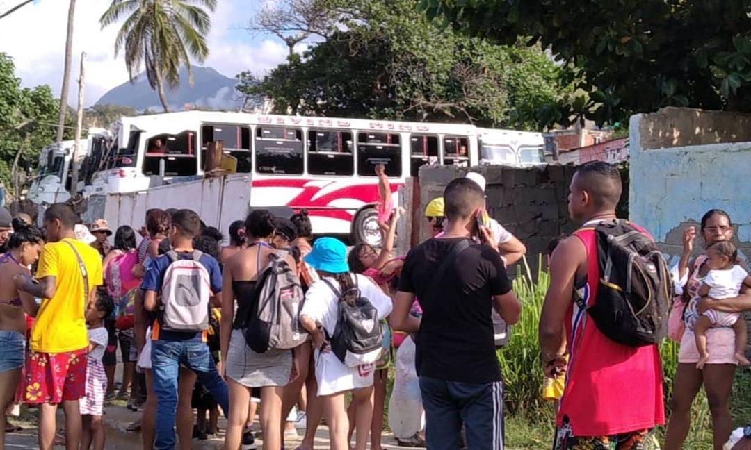 Pasaje dolarizado: Entre 1 y 3 dólares cobraron pasaje a bañistas en la Caracas-La Guaira