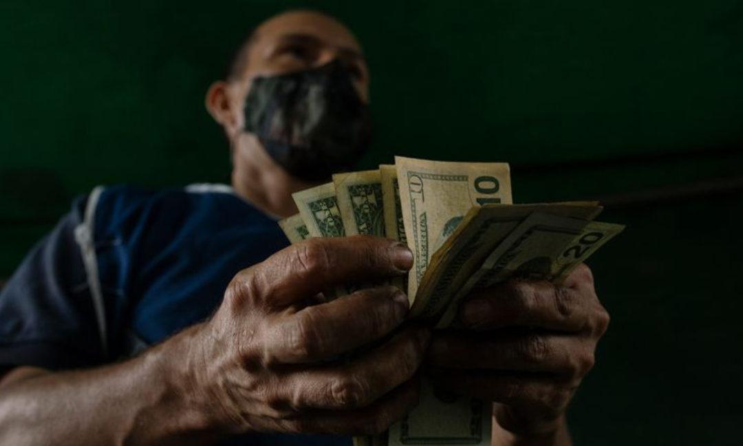 ¡Solo pasa en Venezuela!: No aceptan dólares viejos o rayados, tampoco hay vuelto