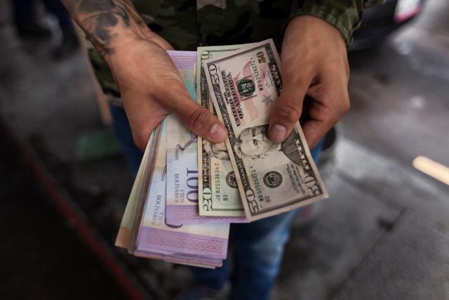 Florecen los negocios turbios en Venezuela por la escasez de efectivo