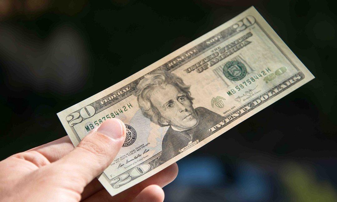 """""""Me dan un billete de $20 por 18 billetes de $1"""": la odisea de encontrar cambio en dólares en Venezuela"""