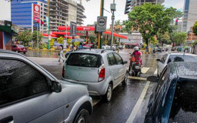 Bloomberg: Venezolanos soportan largas esperas para llenar sus tanques de gasolina